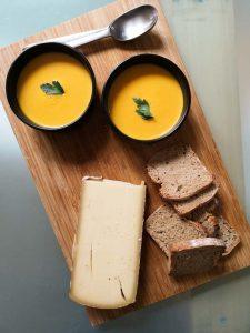 velouté de potimarron bol sur planche avec formage