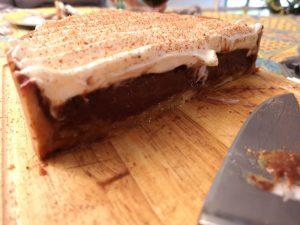 découpe d'un dessert au chocolat spécial noel