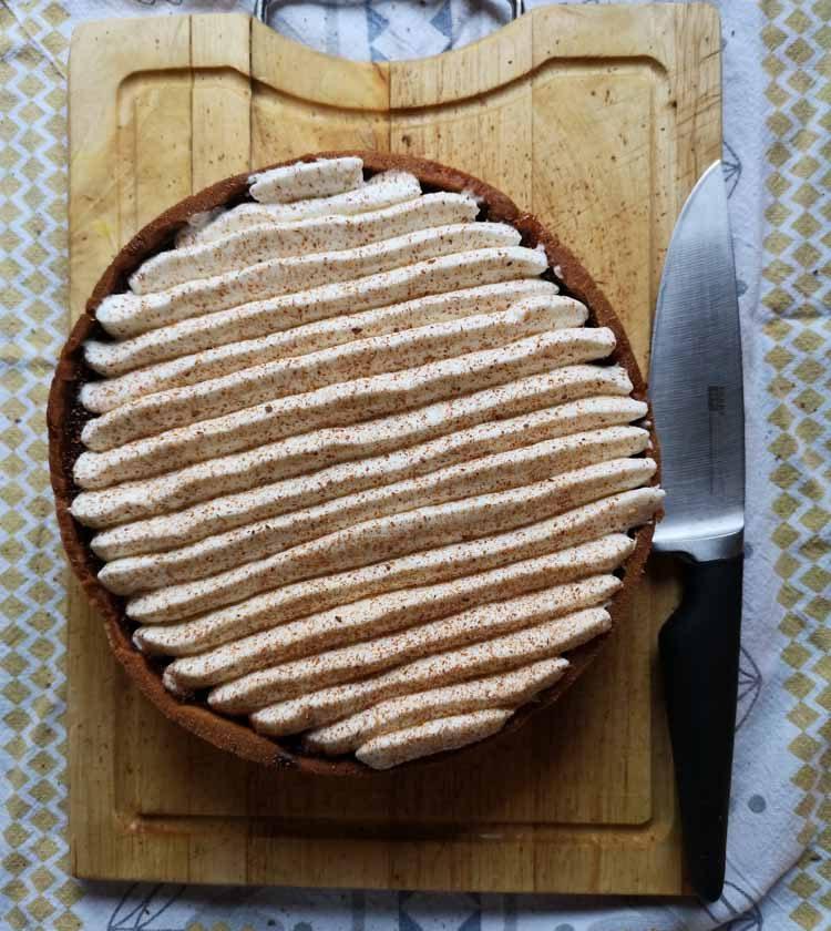 tarte au chocolat avec chantilly sur planche