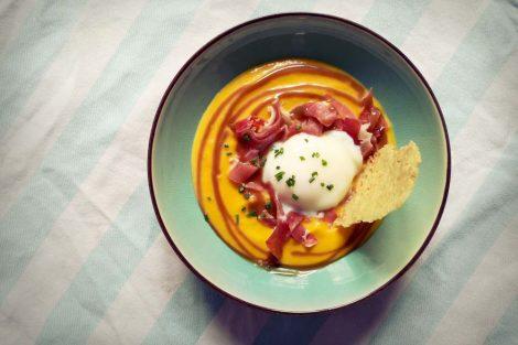 oeuf parfait avec jambon et creme de potimarron dans une assiette creuse