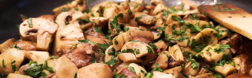 poelee de champignons avec du persil et de l'ail en train de cuire