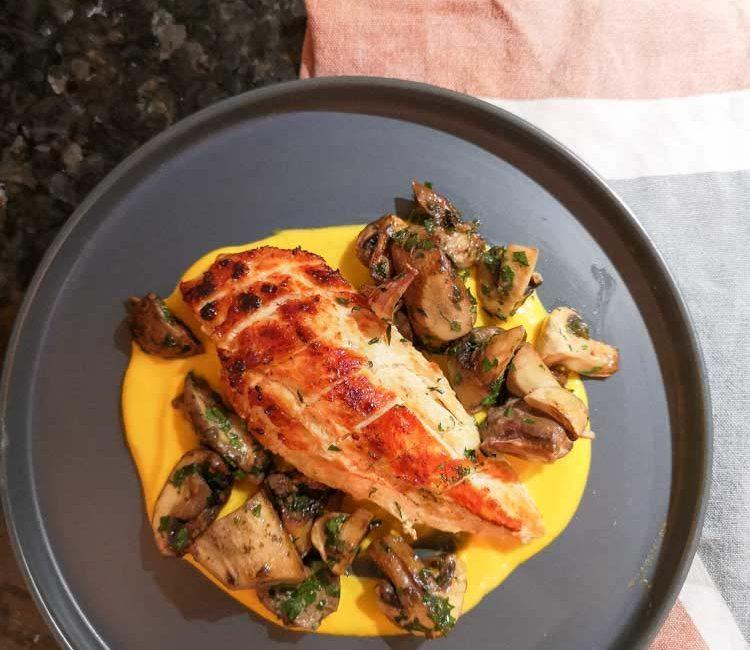 recette de poulet avec du potiron et des champignons dans une assiette