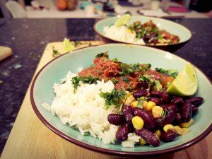 chili con canre avec mais et haricots rouges dans une assiette