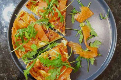 quiche poireaux saumon sur une assiette bleue