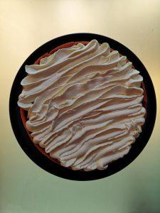 tarte aux fraises avec de la crème sur une assiette