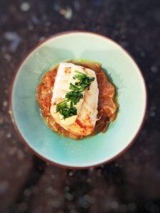 cabillaud roti et fondue doignon et mayonnaise facile dans une assiette creuse