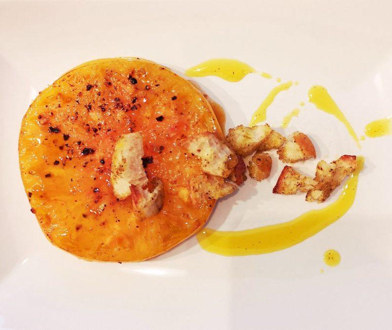 tomate rotie huile d'olive et croutons sur assiette blanche