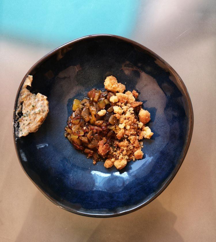 ratatouille facile avec sauce dans une assiette bleue