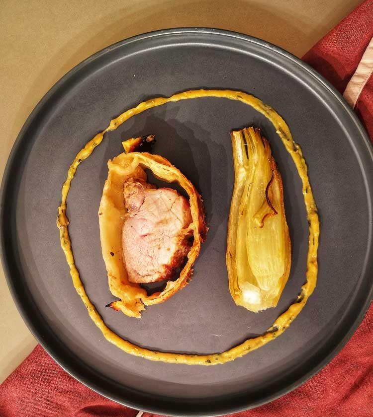 FILET MIGNON au four avec miel et moutarde et fenouil confit sur assiette et torchon