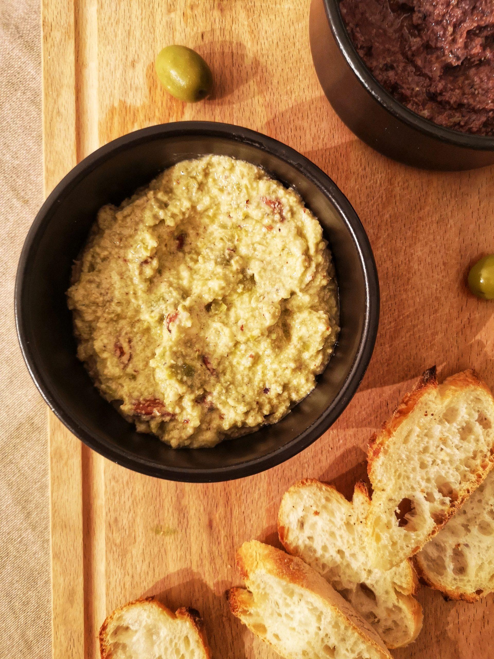 apero dinatoire tapenade d'olive verte dans un bol noir