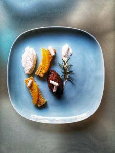 mousse au chocolat cake à l'orange dans une assiette bleue
