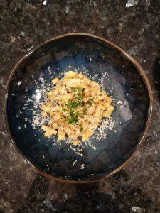 risotto de panais avec du roquefort dans une assiette bleue