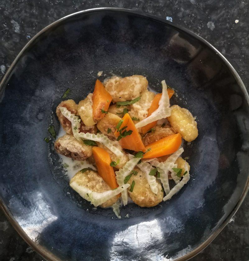 Gnocchis au parmesan, carotte au curry dans assiette bleue
