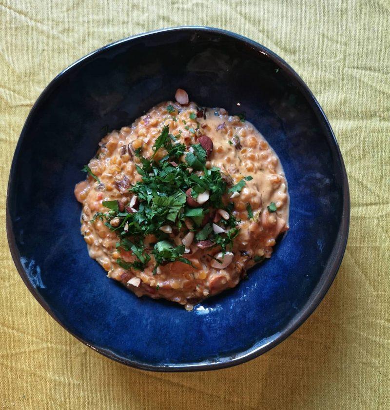cuisson lentilles corail dnas une assiette bleue avec du lait de coco