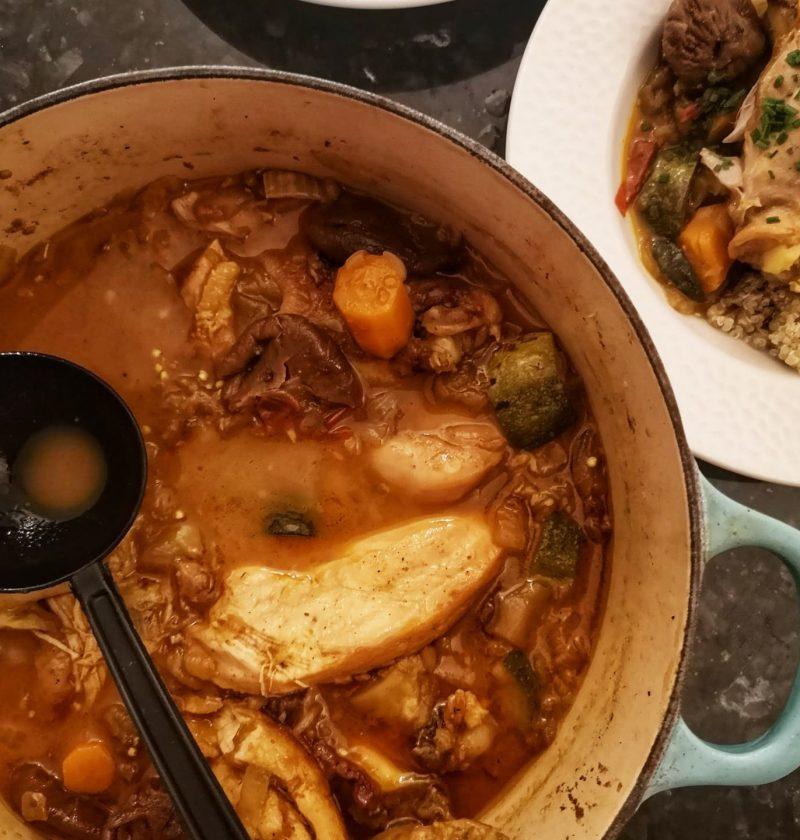 curry de poulet dans une cocotte avec de la sauce